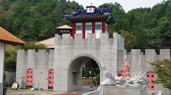 何故、市川三郷町に中国の建物が?