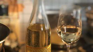 パスタを待つ間シニアソムリエの資格を持つ店主とのワイン談義