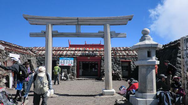 富士山の頂上はどっちの県?