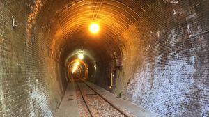 トンネルを出ると正面にもトンネル