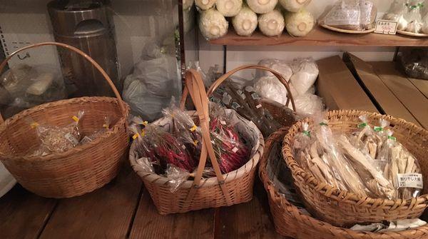 自社農園で栽培した野菜も販売