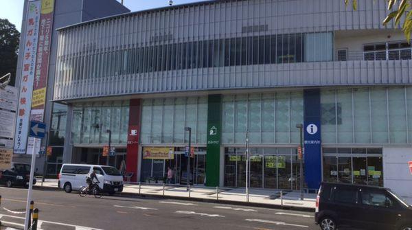 韮崎駅前にあるニコリです